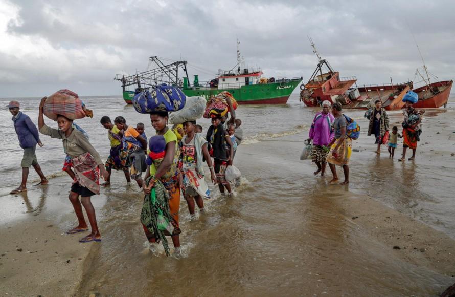 Người dân Mozambique trú bão Idai vào tháng 3 năm 2019. Ảnh: NY Times