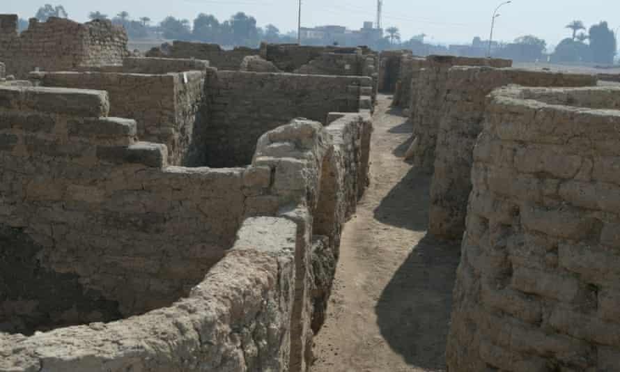 Các dãy tường của thành phố Aten - thành phố lớn nhất của Ai Cập cổ đại. Ảnh: Reuters