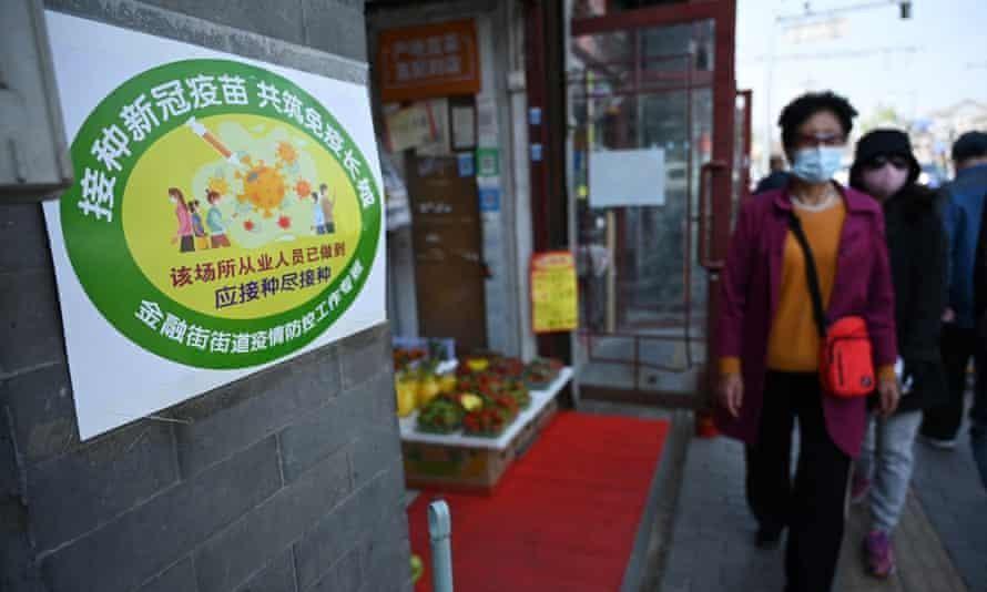 Một cửa hàng trái cây được dán nhãn xanh lá, cho thấy mọi nhân viên tại đây đã được tiêm chủng. Ảnh: AFP