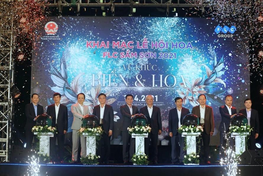 Chương trình nghệ thuật tối ngày 10/4 mở màn cho Lễ hội hoa Vũ khúc Biển & Hoa kéo dài đến hết tháng 4 tại FLC Sầm Sơn