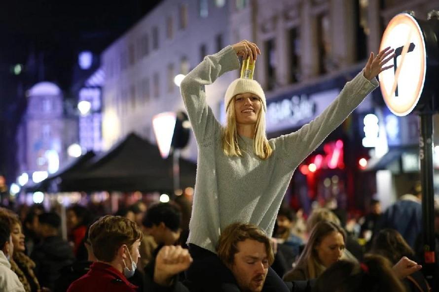 Người dân London tiệc tùng sau khi lệnh phong tỏa được dỡ bỏ. Ảnh: Reuters