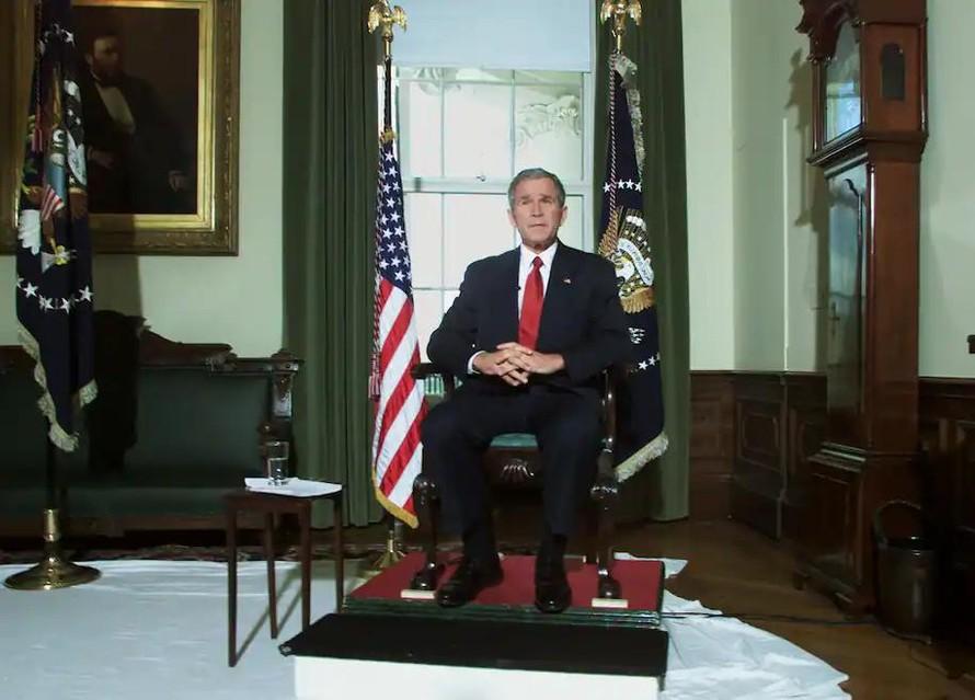Tổng thống George W. Bush ngồi trong Nhà Trắng sau khi thông báo rằng Mỹ và Anh đã bắt đầu ném bom Afghanistan vào ngày 7/10 năm 2001, đánh dấu sự khởi đầu của cuộc chiến dài nhất trong lịch sử nước Mỹ. Ảnh: Reuters