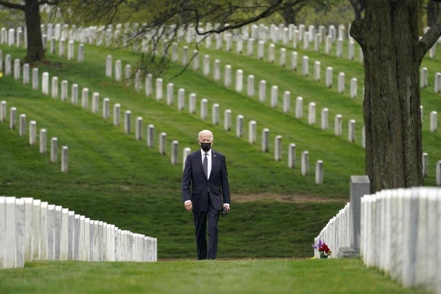 Tổng thống Joe Biden thăm nghĩa trang Arlington nơi có nhiều binh sĩ Mỹ thiệt mạng tại Afghanistan. Ảnh: AP