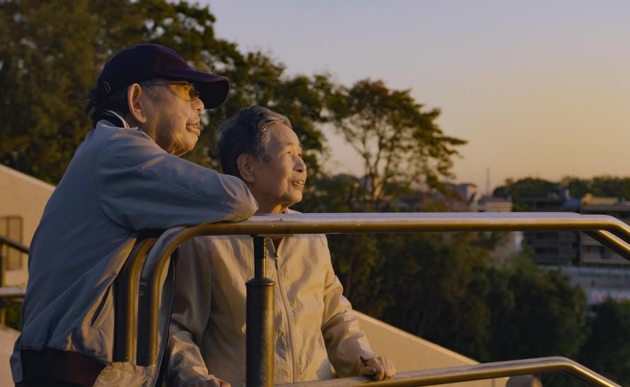 Cặp vợ chồng Kinuko và Haruhei thay phiên chăm sóc cho nhau từ khi trẻ đến lúc già.