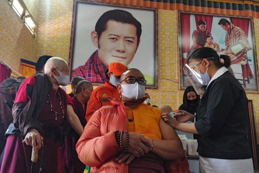 Một nhà sư được tiêm chủng vaccine ở Thimphu, thủ đô của Bhutan, vào ngày đầu tiên của chiến dịch tiêm chủng. Ảnh: AFP