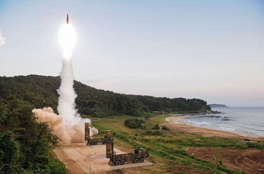 Vụ phóng tên lửa Hyunmoo-2 của Hàn Quốc tại một địa điểm không được tiết lộ vào năm 2017. Ảnh: AP