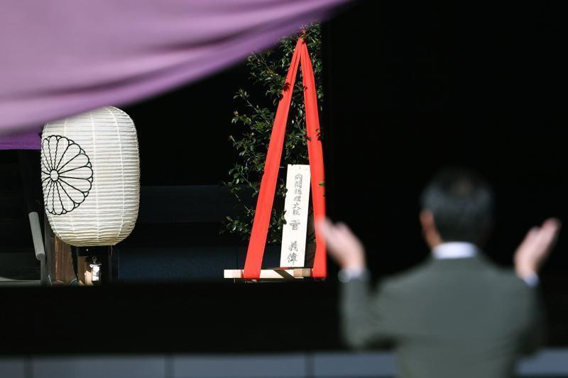 """Thủ tướng Nhật Bản Suga Yoshihide đã đặt lễ dâng cây """"masakaki"""" tại đền Yasukuni. Ảnh: AP"""