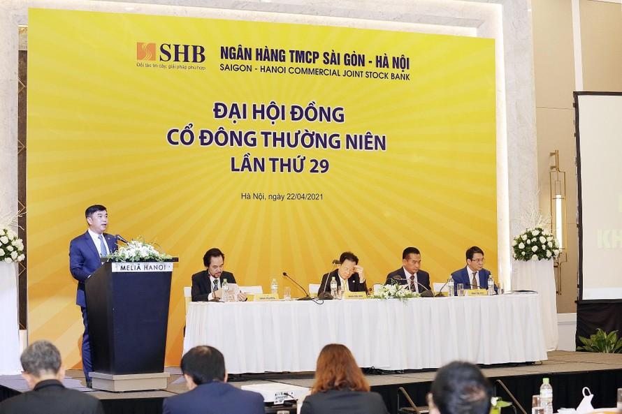 Ông Nguyễn Văn Lê - Tổng Giám đốc SHB báo cáo kết quả hoạt động kinh doanh 2020 và kế hoạch hoạt động năm 2021.