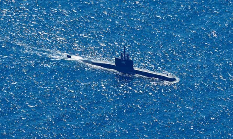 Một tàu ngầm tham gia nỗ lực tìm kiếm tàu ngầm KRI Nanggala-402. Ảnh: EPA