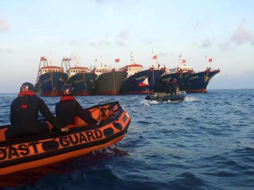 Cảnh sát biển Philippines đụng độ với các tàu Trung Quốc đang neo đậu tại Đá Ba Đầu hôm 14/4. Ảnh: Cảnh sát biển Philippines