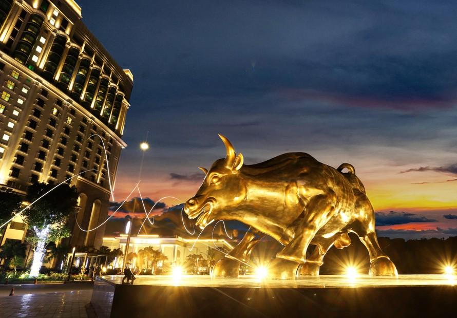 Tượng bò tót vàng độc đáo xuất hiện tại Hạ Long