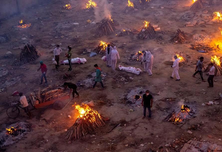 Các bệnh nhân tử vong do COVID-19 được hỏa táng lộ thiên tại New Dehli. Ảnh: Reuters