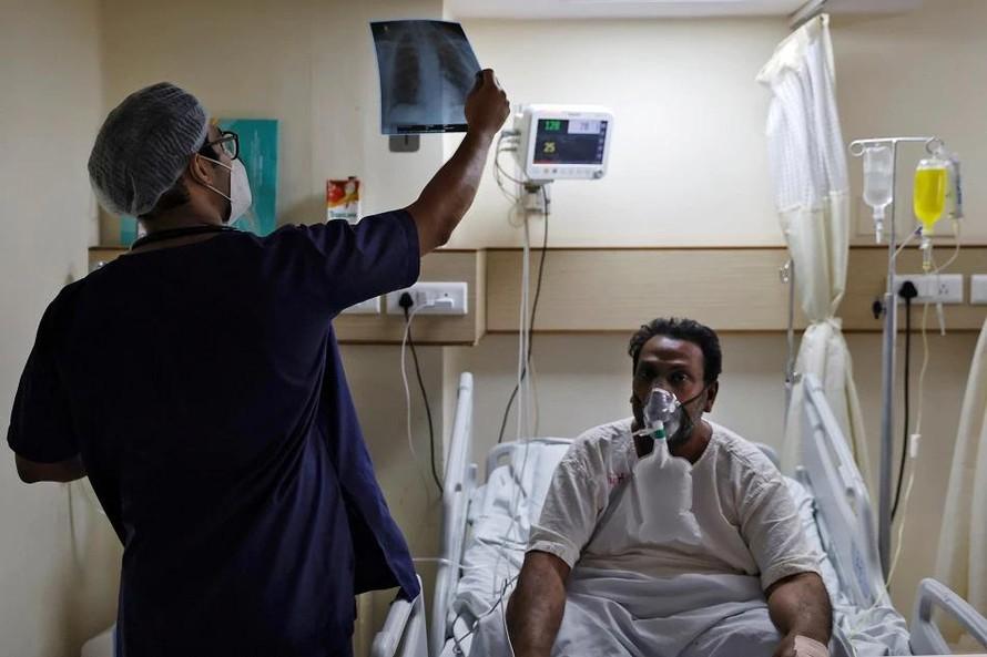 Ấn Độ huy động bác sĩ tập sự gia nhập cuộc chiến chống COVID-19