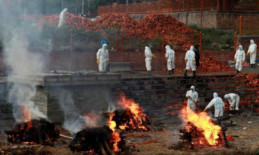 Các lò hỏa táng lộ thiên tại thủ đô Kathmandu. Ảnh: Reuters