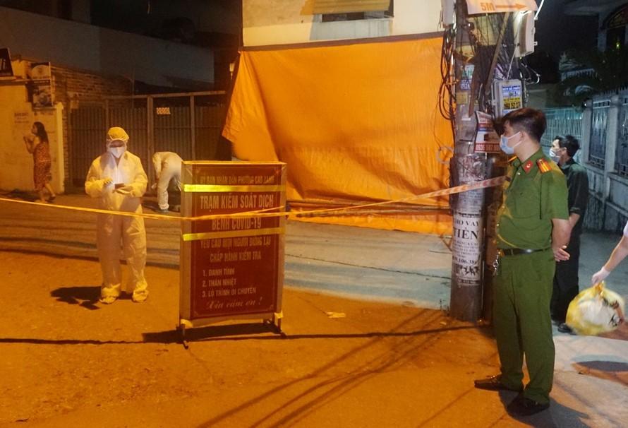 Khu vực có ca dương tính với Covid-19 tại phường Cao Xanh, TP Hạ Long được phong tỏa. Ảnh: Báo Quảng Ninh