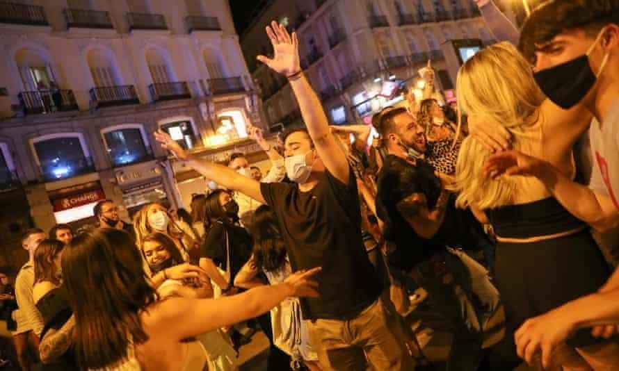 Đám đông náo nhiệt tụ tập ở trung tâm Madrid. Ảnh: Reuters