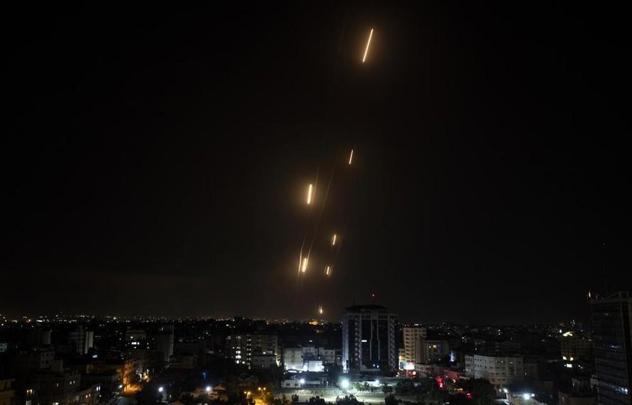 Tên lửa từ Gaza được bắn sang phía Israel. Ảnh: AP