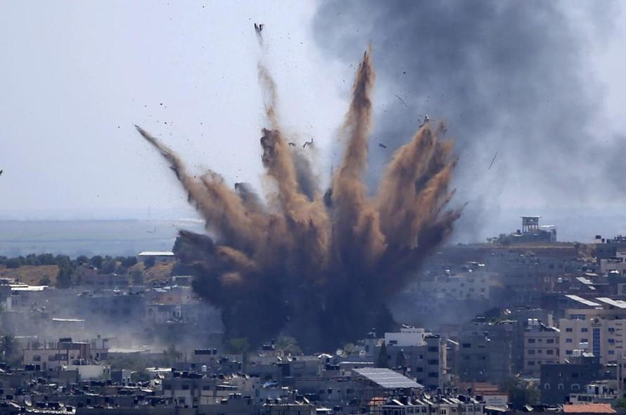 Khói bốc lên sau cuộc không kích của Israel vào một tòa nhà ở thành phố Gaza hôm 13/5. Ảnh: AP