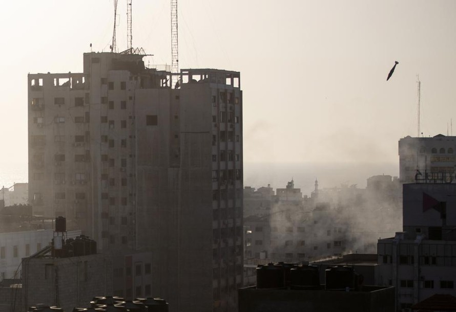Một tên lửa của Israel được bắn sang phía Dải Gaza. Ảnh: AP