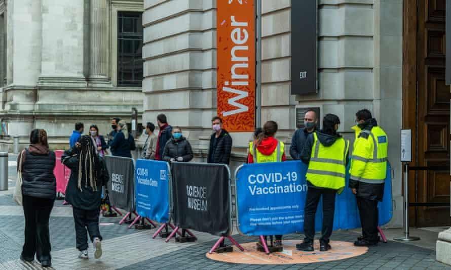 96% người dân Anh hình thành kháng thể sau một mũi vaccine