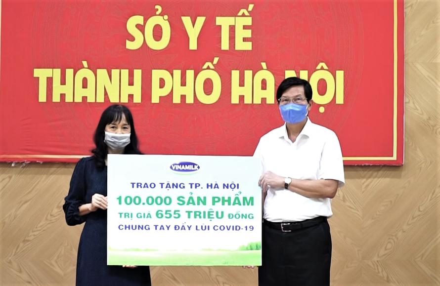 Gần 100.000 sản phẩm, tương đương hơn 655 triệu đồng, đã được Vinamilk trao tặng đại diện Sở Y tế TP. Hà Nội.