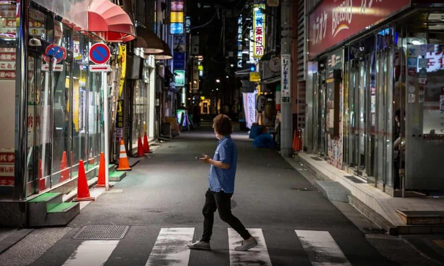 Các hàng quán tại khu Shimbashi, Tokyo, trống vắng các thực khách vào thời dịch. Ảnh: Getty