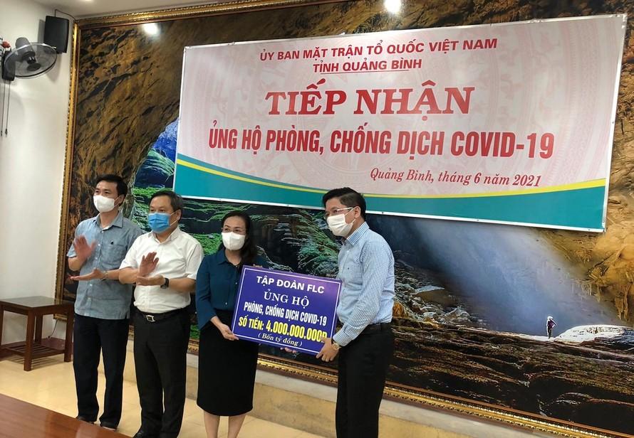 Tập đoàn FLC trao tặng 4 tỷ đồng tiền mặt hỗ trợ Quảng Bình phòng chống dịch Covid – 19,