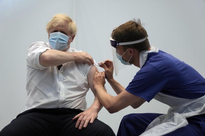 Thủ tướng Anh Boris Johnson tiêm mũi vaccin thứ hai hôm 3/6. Ảnh: AP