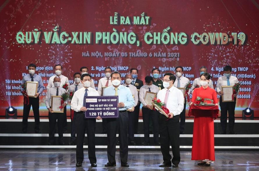 Đại diện Tập đoàn T&T Group trao tặng Quỹ Vaccine phòng COVID-19 120 tỷ đồng.
