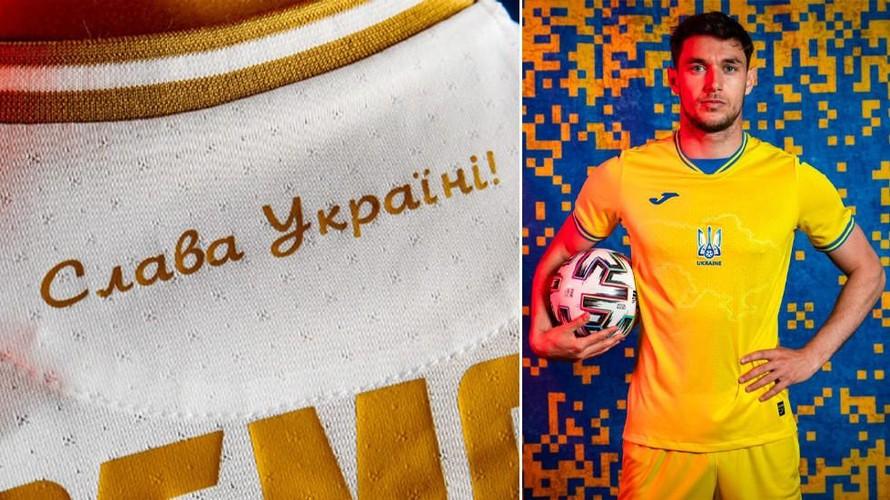"""Khẩu hiệu """"Vinh quang cho Ukraine"""" và hình bản đồ Ukraine có bán đảo Crimea trên mẫu áo đấu của đội tuyển Ukraine."""