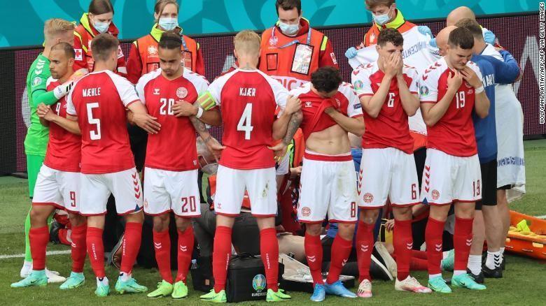 Các cầu thủ Đan Mạch đứng thành vòng tròn để che cho đồng đội Christian Eriksen. Ảnh: CNN