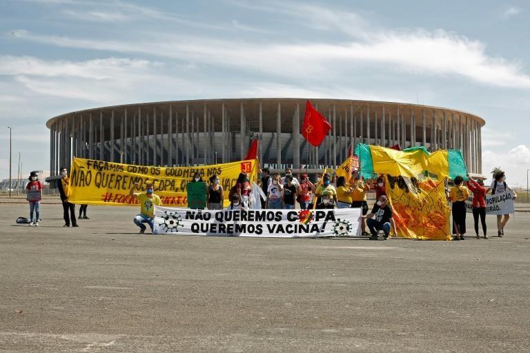 Người dân Brazil biểu tình bên ngoài sân vận động Mane Garrincha trước trận khai mạc Copa America. Ảnh: AFP
