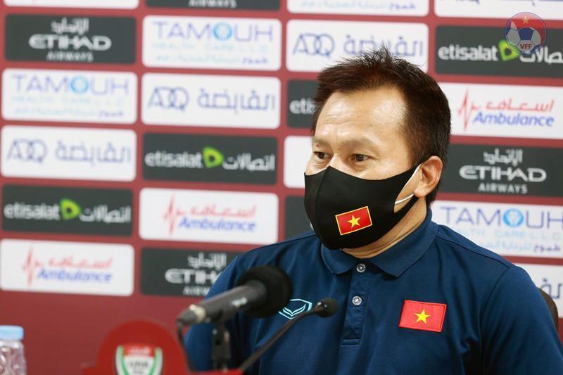 Trợ lý HLV Lư Đình Tuấn trả lời họp báo sau trận đấu. Ảnh: VFF