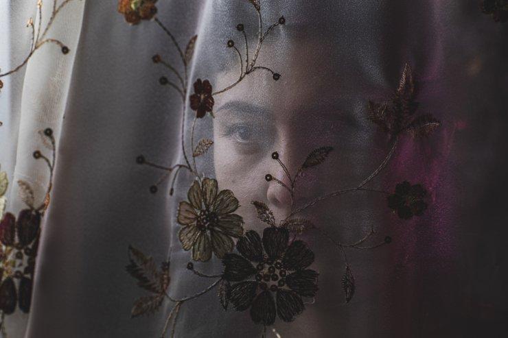 Marhabo Jumaboeva đứng sau bức màn trong nhà của cô tại Incheon, Hàn Quốc. Ảnh: The Korea Times