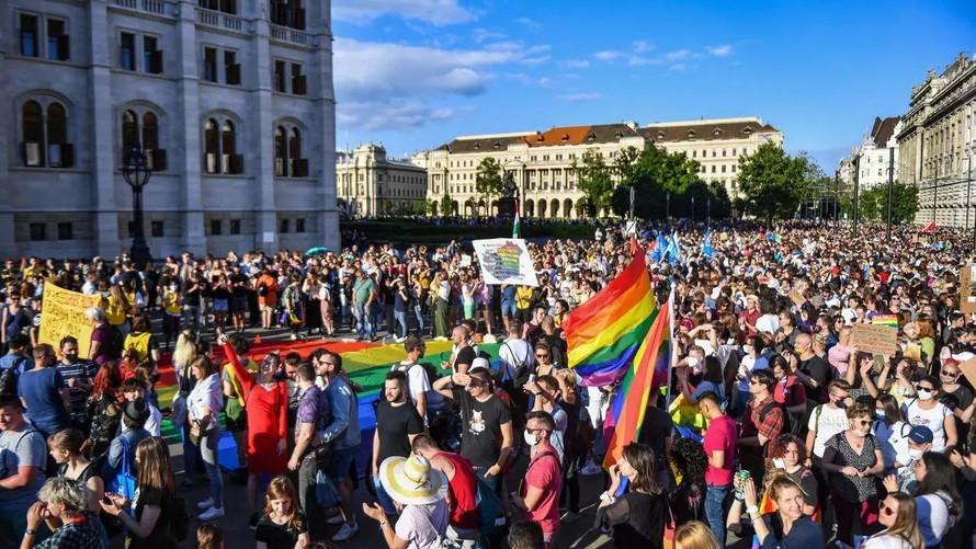 Hàng nghìn người đã có mặt bên ngoài tòa nhà quốc hội Hungary để phản đối dự luật. Ảnh: AP