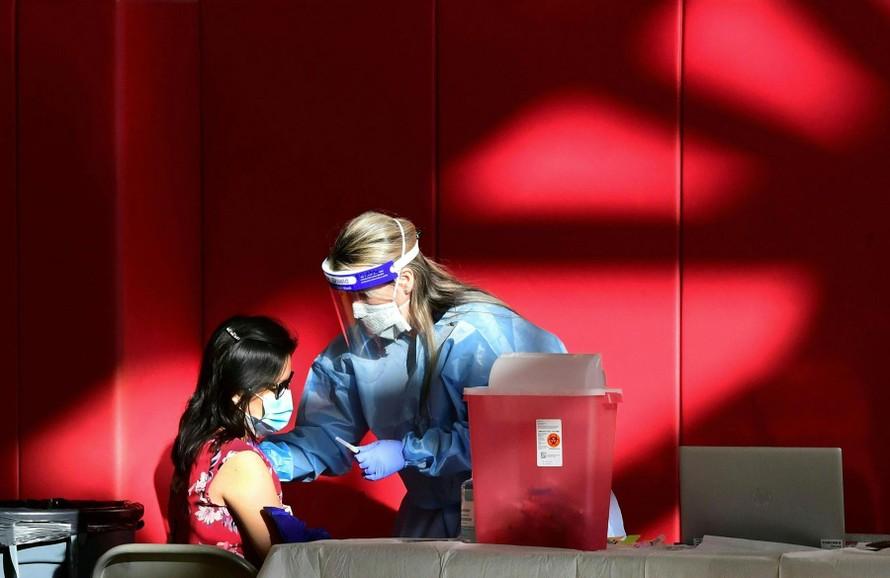 'Bức tường thành' vaccine: Giải pháp ngăn chặn biến thể Delta