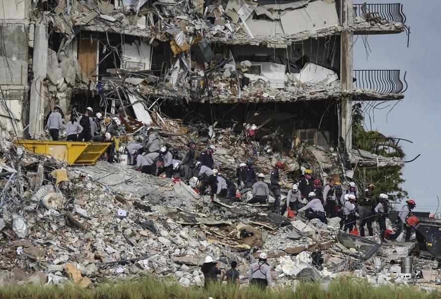 Hiện trường vụ sập nhà chung cư tại Miami. Ảnh: AP