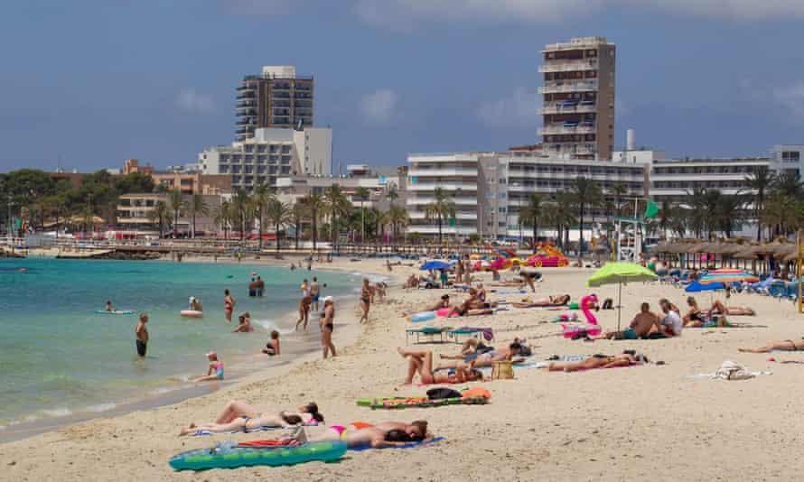 Bãi biển Magaluf trên đảo Mallorca vẫn đông người tới vui chơi. Ảnh: AFP