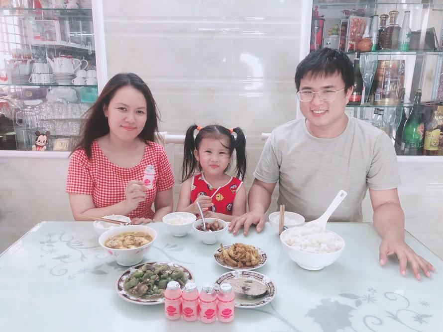 """Những bữa cơm gia đình thơm ngon, vui vẻ của nhà chị Thanh Thanh """"mùa giãn cách"""" thường được chị chia sẻ trên Facebook cá nhân."""