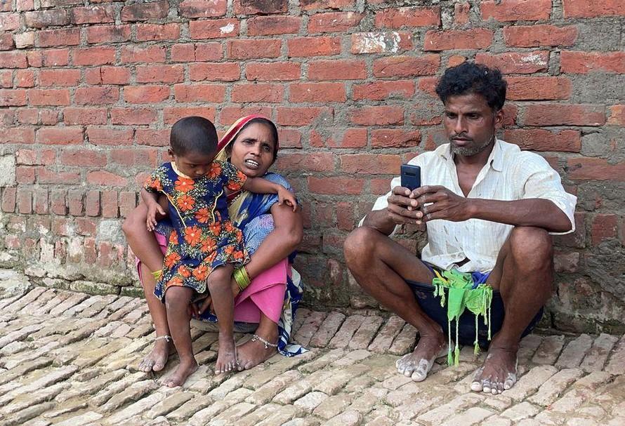 Asha Devi, 35 tuổi, một bà mẹ 5 con ở làng Dihwa, phía bắc bang Uttar Pradesh. Ảnh: Reuters