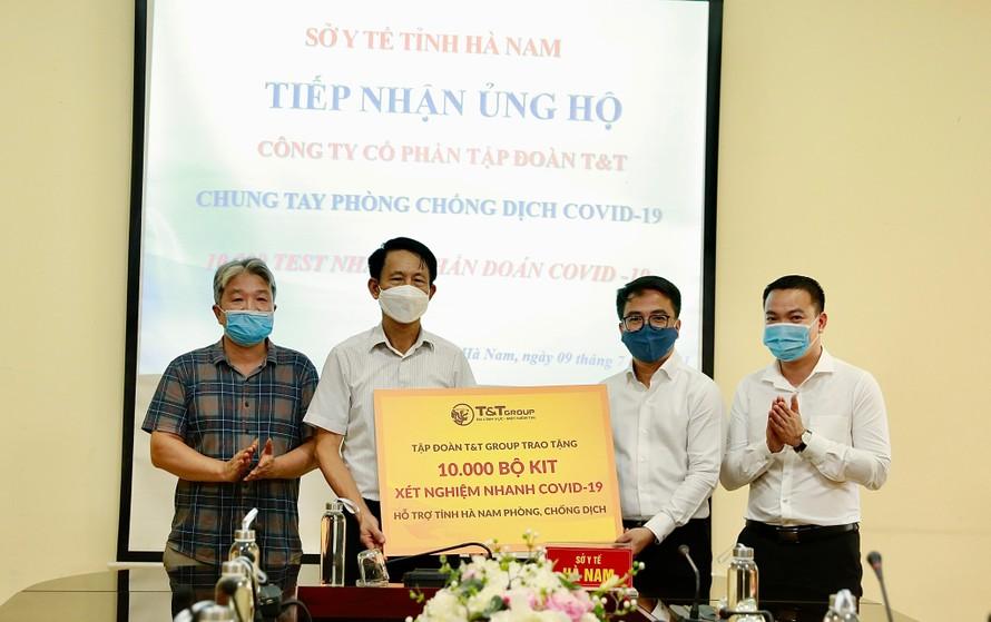 Ông Trần Viết Huệ, Phó Giám đốc Sở Y tế, đại diện Ban Chỉ đạo phòng chống dịch COVID-19 tiếp nhận 10.000 bộ kit xét nghiệm nhanh COVID-19 do Tập đoàn T&T Group trao tặng.