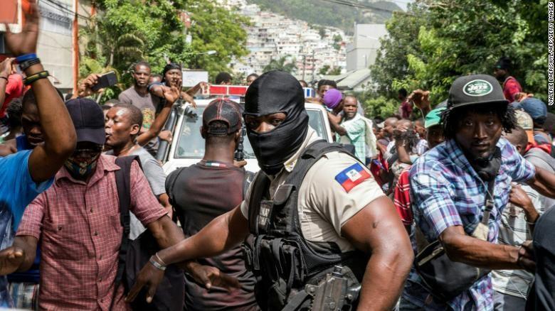 Người dân Haiti reo hò ủng hộ lực lượng an ninh bắt giữ các nghi phạm liên quan tới vụ ám sát Tổng thống Moise. Ảnh: CNN