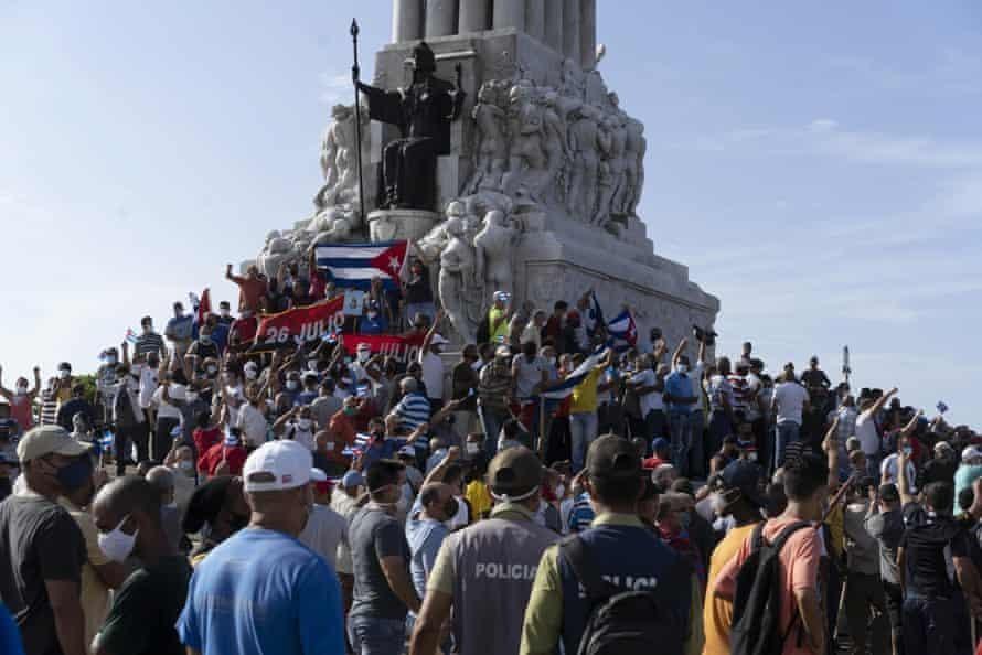 Những người biểu tình chống chính phủ tập trung tại tượng đài Maximo Gomez ở Havana hôm Chủ nhật. Ảnh: AP