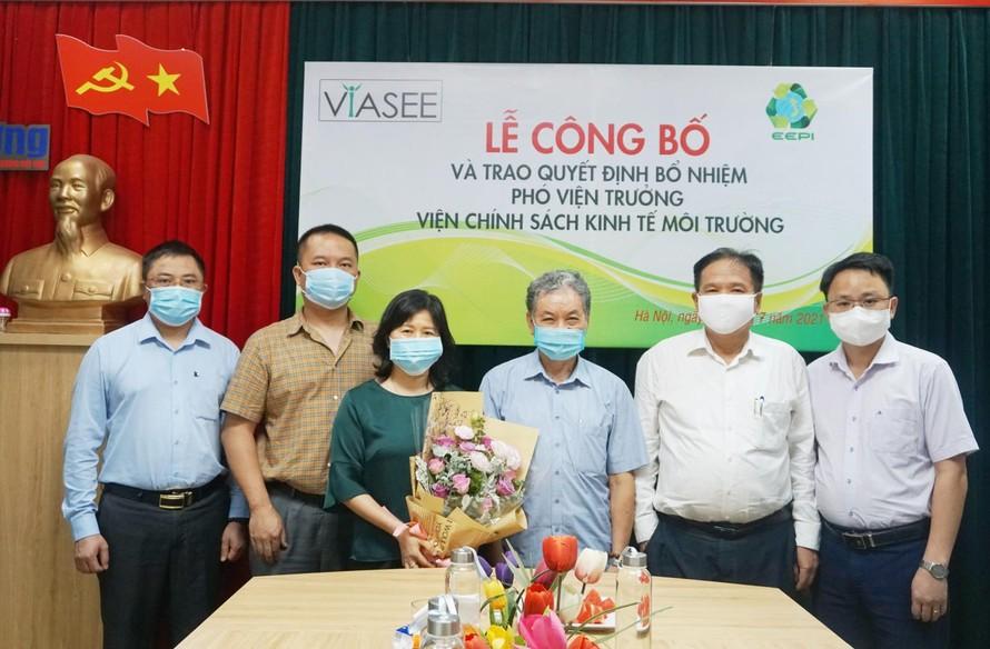 Lãnh đạo EEPI chúc mừng tân Phó Viện trưởng Lê Minh Toàn.