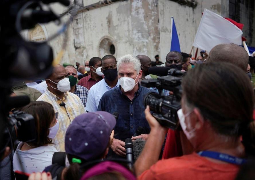 Chủ tịch Cuba Miguel Diaz-Canel phát biểu trước báo giới hôm 11/7. Ảnh: Reuters