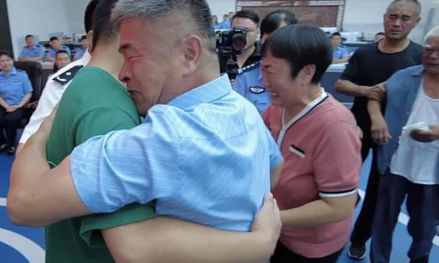 Người cha đoàn tụ với con trai bị bắt cóc 24 năm trước