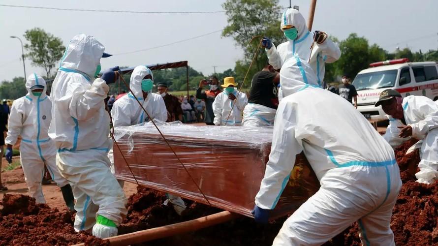Thi thể một bệnh nhân COVID-19 được chôn cất tại Bekasi, ngoại ô Jakarta. Ảnh: Reuters