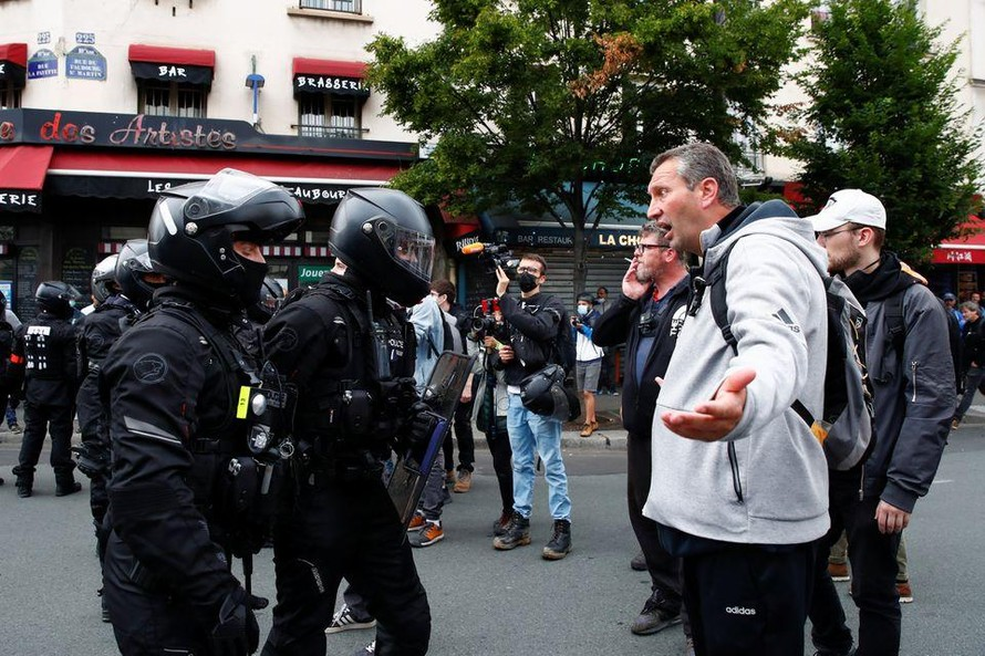 Người biểu tình tranh cãi với cảnh sát tại Paris. Ảnh: Reuters