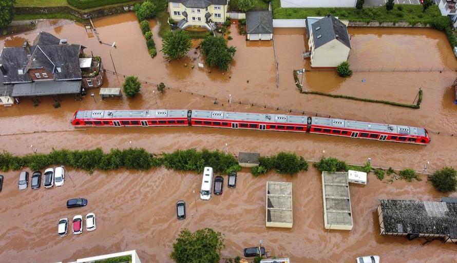 Nước lũ dâng cao tại một nhà ga địa phương ở Kordel, Đức hôm 15/7. Ảnh: AP