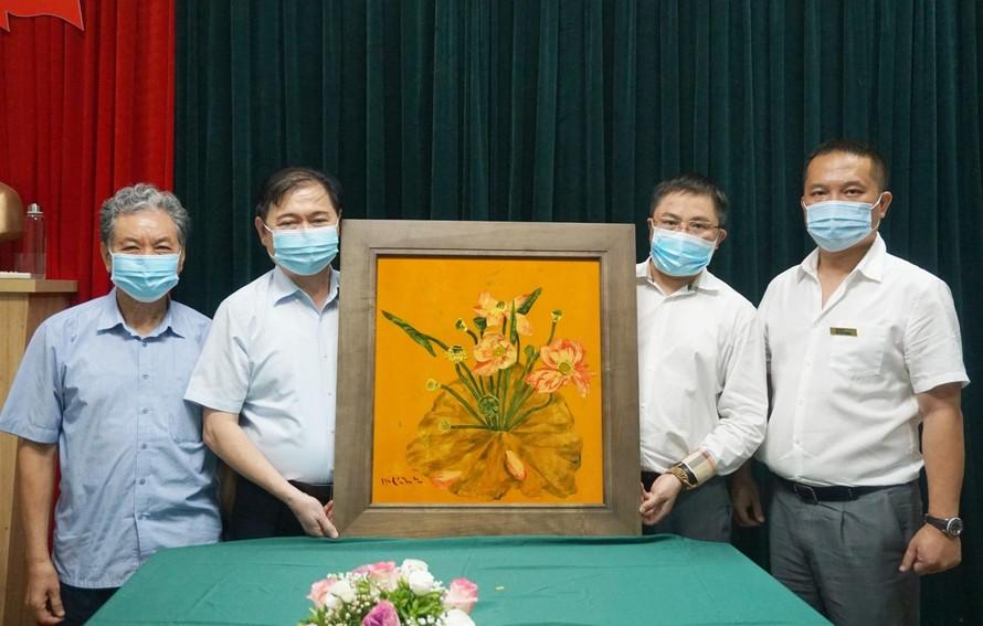 TSKH Phan Xuân Dũng, Bí thư Đảng đoàn, Chủ tịch VUSTA (thứ 2 từ trái sang) chụp ảnh lưu niệm cùng lãnh đạo VIASEE và Tạp chí Kinh tế Môi trường.